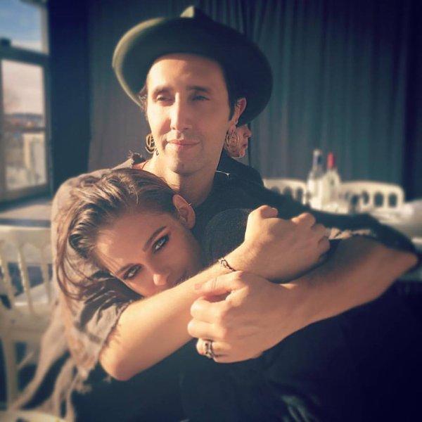 -- Le 10 Novembre: Le coiffeur et ami de longue date de Kristen, Adir Abergel, a partagé un nouveau superbe cliché de lui et l'actrice super complices aujourd'hui sur son compte Instagram.  --