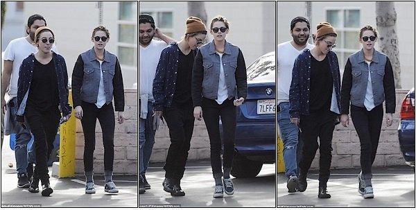 -- Le 24 Décembre: Kristen Stewart à était vu allant au Figaro Café pour manger, à Los Angeles --
