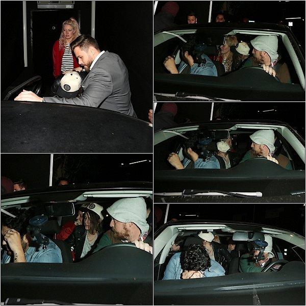 -- Le 29/12/15: Kristen à était vu partant d'une discothèque avec Suzie, CJ et Taylor Lautner à Los Angeles. Les photos ne sont pas vraiment super ce qui est dommage on voit mal Kristen. Mais je suis contente qu'elle revoit Taylor ! Et vous? --