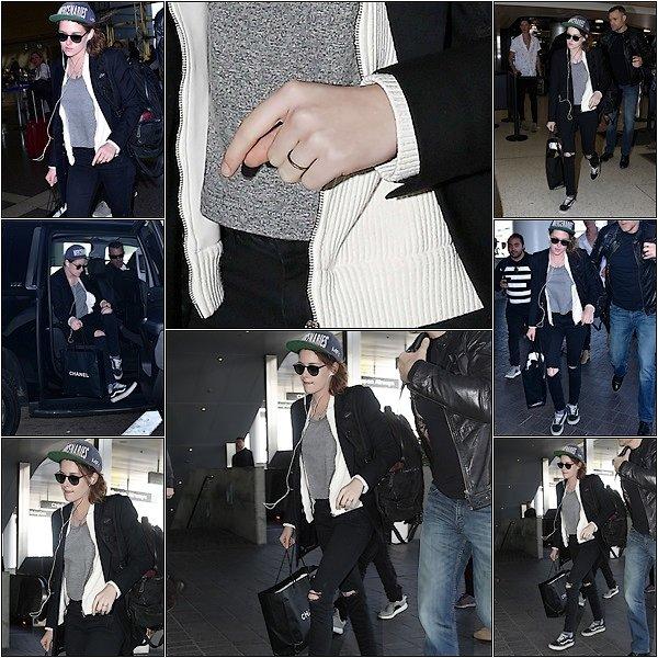 -- 13 Janvier: Kristen est vu à l'aéroport de LAX au départ d'un vol international, peut-être sur son chemin à Paris? Kristen est superbe dans son style j'adore ! Mais on voit à son doigt une bague, de quoi ce posez des questions! Qu'en pensez vous? --
