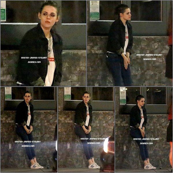 -- 26 Janvier: Kristen Stewart semble attentre détendue devant un restaurant de West Hollywood --