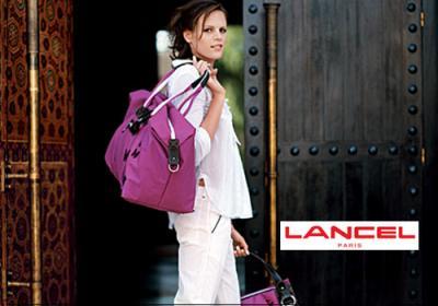 572d080dc0 ... sacs chez la grande maroquinerie lancel. elle à opté pour les couleurs  rose/violet, et bien sûr, est dessiné sur chaque accessoire le papillon de  laure.