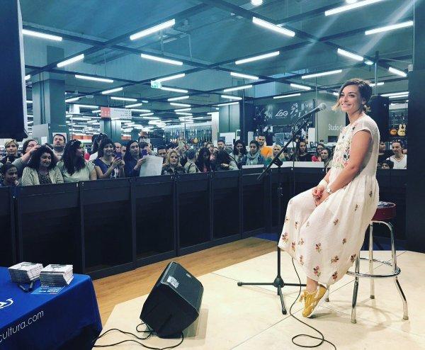 Priscilla fait la promotion de son nouvel album au Cultura d'Aubagne (13)
