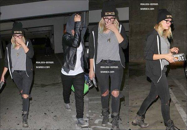 18/05/2013 : Ashley a été aperçue avec une amie dans West Hollywood alors qu'elle cherchait un canapé pour chez elle