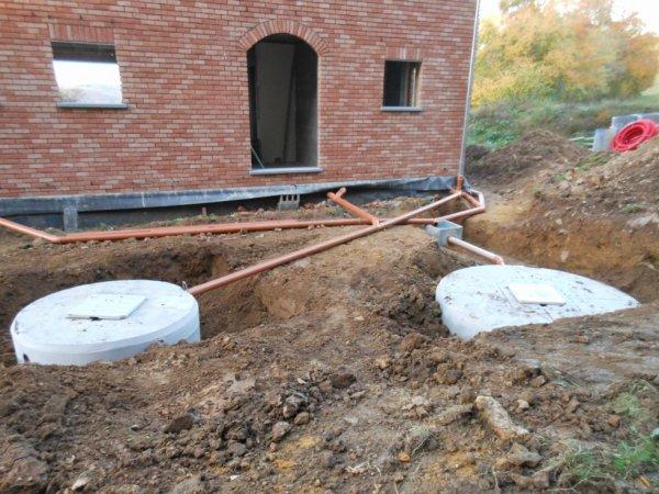 placement de la citerne d 39 eau de pluie et de la fosse septique notre construction avec eco home. Black Bedroom Furniture Sets. Home Design Ideas
