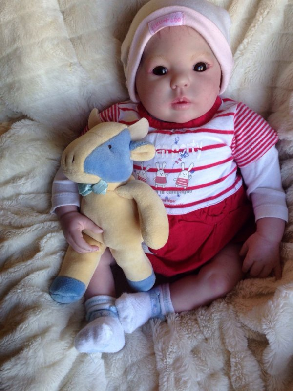 Kita très beau bébé reborn du kit Kimi de Donna Rubert née le 04 Mars 2014 pèse 2,200kg et mesure 50 cm