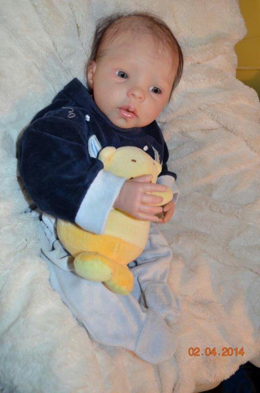 Alan très beau bébé reborn du kit steffi de MENA HARTOG pèse env 1,800kg et mesure 48 cm env né le 02/04/2014 ,cherche maman pour adoption .