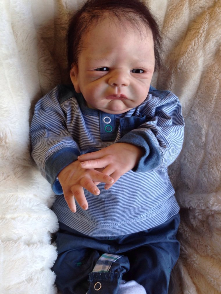 Mathis très beau bébé Reborn de 2,000 kg né le 20/02/2014 mesure 48 cm à été adopté