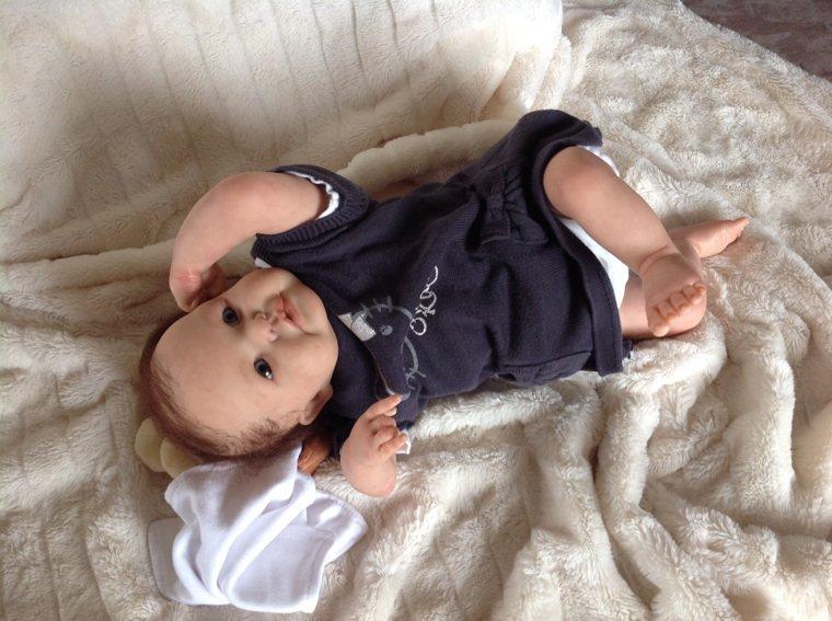 Lily bébé Reborn née le 12/05/2014 mesure 46 cm et pèse 1,350 kg à été adoptée.