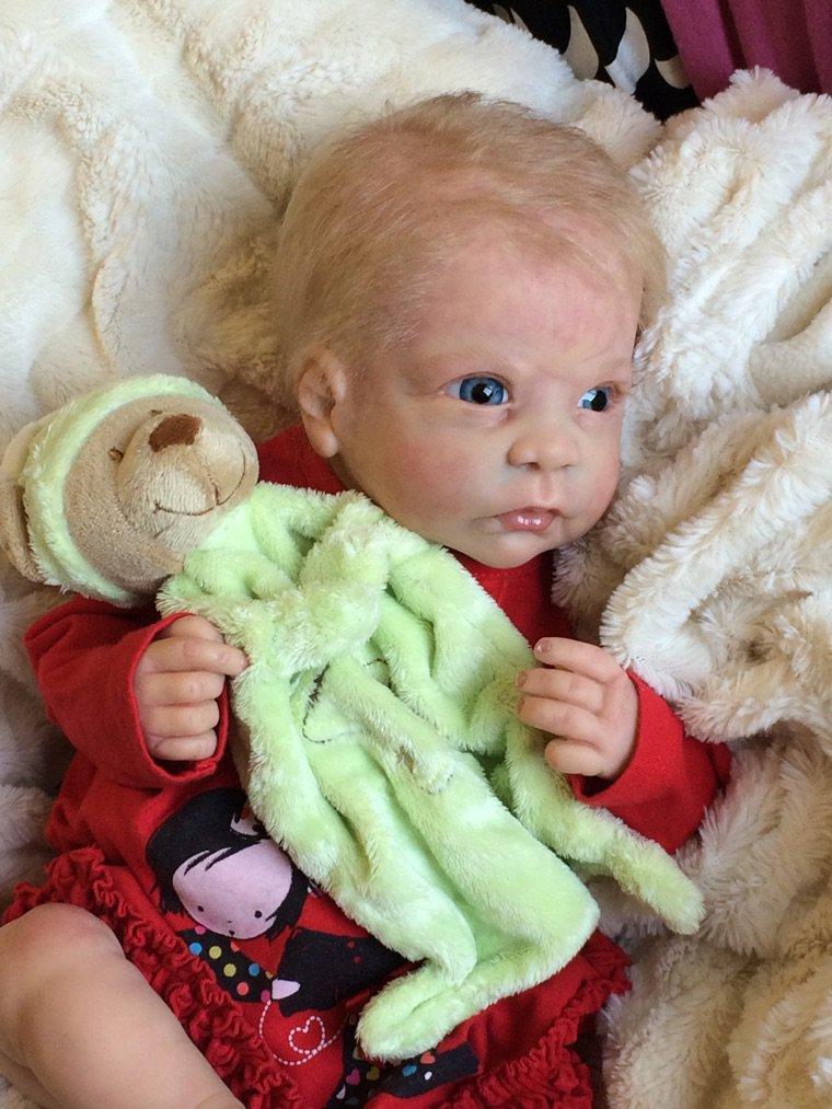 Coralie bébé Reborn du kit Chloé née le 29/09/2014 et pèse 2,200 kg mesure 50 cm environ cherche gentille maman