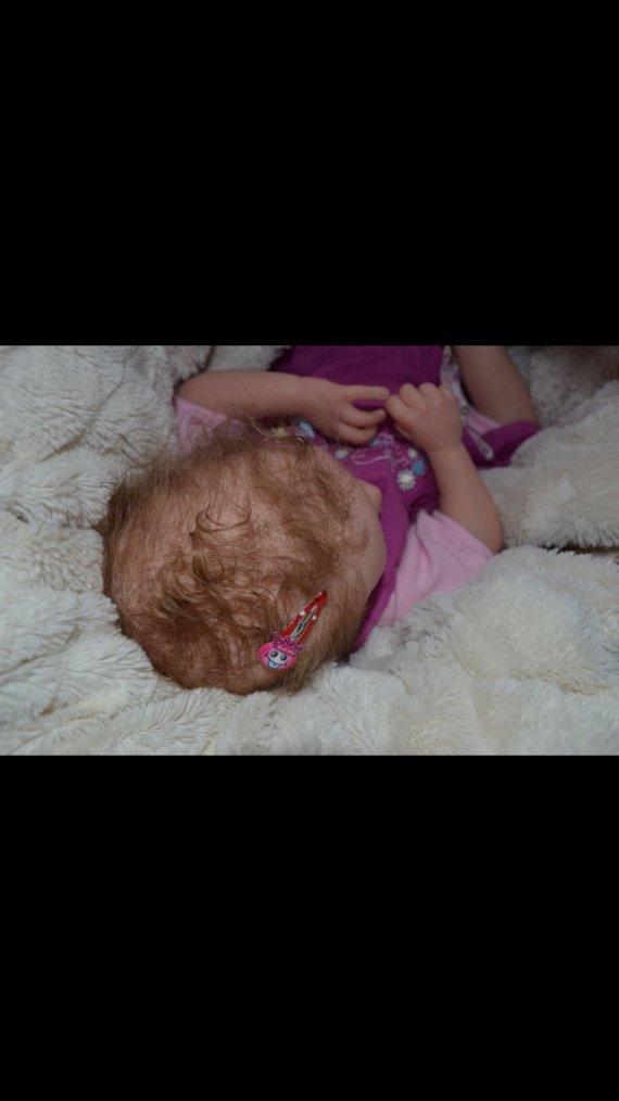 Bébé rebirn du kit Adelya yeux de verre pèse 1,500 kg mesure 45 cm née le 26/05/2015 adoptée