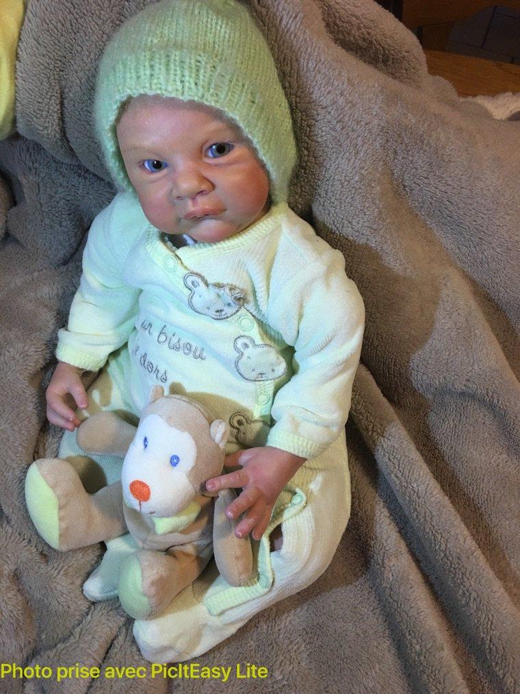 Baptiste né le 02/02/2016 pèse 1,80 kg et mesure 48 cm bras entiers et jambes 3/4