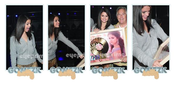 20 juillet 2011 : Notre miss Selena à eu la surprise de découvrir son album ''A Year Without Rain'', disque d'or qui s'est vendu plus de 500 000 copies ! C'est qu'elle est heureuse là Selena, aimes tu cet album ? Là-tu acheter ?