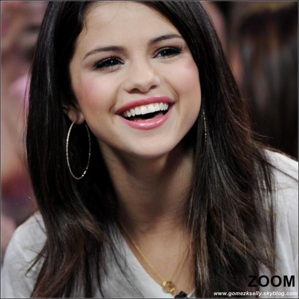* 24/08/2011 : Notre ravissante Selena était dans l'émission « Much Music » qui se déroules à Toronto (Canada). Déjà, j'aime beaucoup la coiffure de Selena, même si c'est simple, et le Tee-Shirt est banal. Mais je suis gentille, un TOP. *