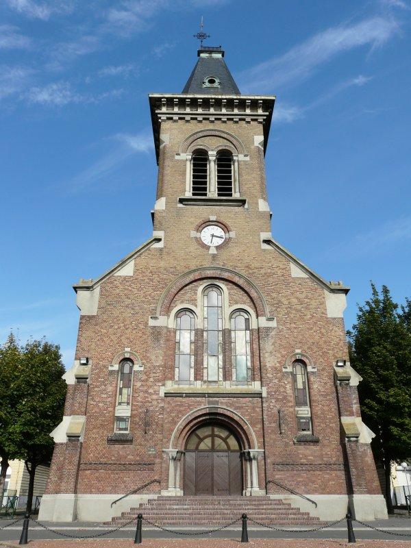 02 - L'église St Amé, de l'extérieur avec ses anciens vitraux en façade.