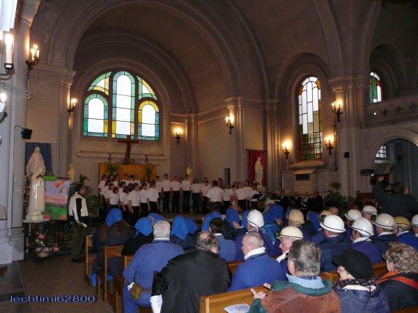 03 - l'intérieur de l'église St Amé lors d'une célébration de la Sainte Barbe, avec son ancien vitrail du choeur.