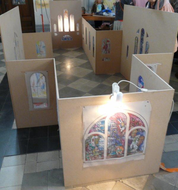 05 - Maquette de l'église représentants les futurs vitraux.