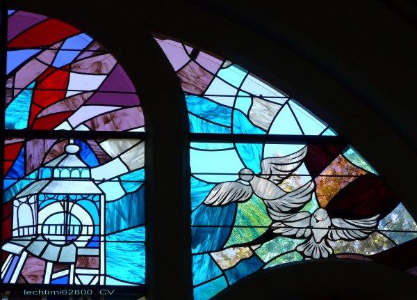 09 - Détail du nouveau vitrail du choeur de l'église St Amé.