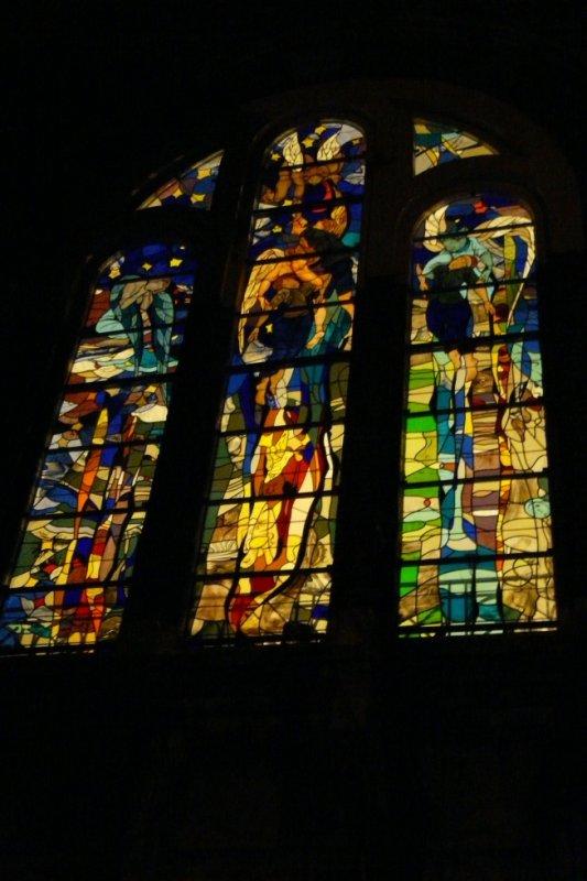110 - le vitrail du transept gauche  la nuit en l'église St Amé de liévin.