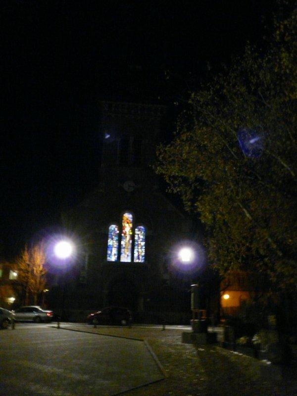 111 - L'église St Amé , façade et vitrail de la Sainte Barbe illuminée.
