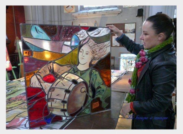 """578 - Détails du vitrail """" le kiosque à musique """" avec l'artiste Judith Debruyn en l'église St Amé de lievin -"""