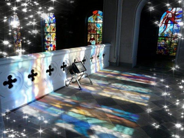 596 - Côté nef Nord et colorations provenant du vitrail de la Sainte Barbe situé au Narthex de l'église St Amé -