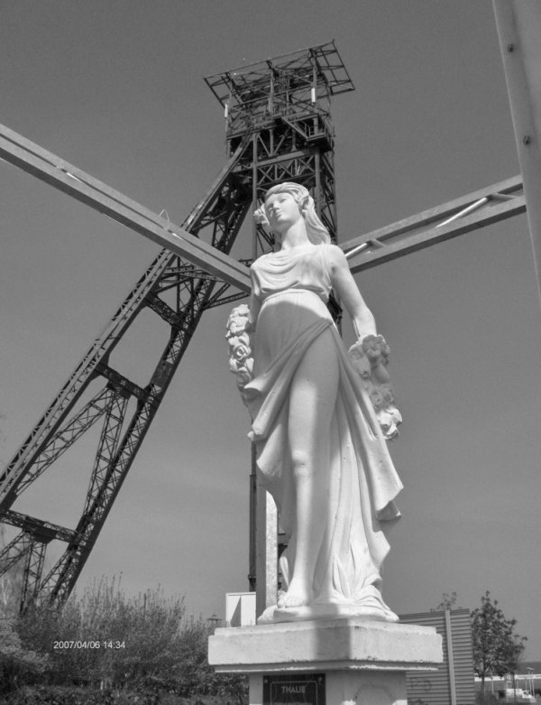 603 - Chevalet métallique puits 1 bis et la déesse de l'olympe à ses pieds -