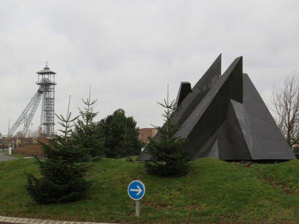 604 - Rond point Sainte Barbe et son mémorial et chevalet du puits 3 bis St Amé -