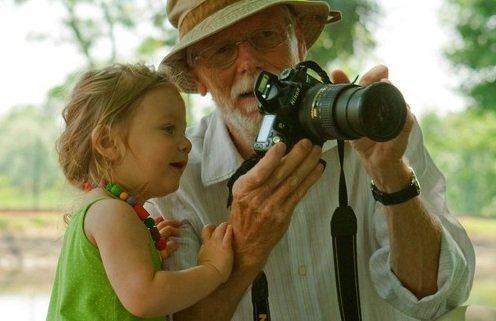 """« """"Je suis plus jeune que toi"""" dit le petit Julien âgé de cinq ans à son grand-père. Et le grand-père répond: """"Oh, moi aussi je suis jeune, mais depuis plus longtemps que toi. » - Jacques Salomé -"""