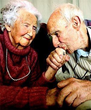 «Les grands-pères et les grands-mères sont des trésors de notre histoire familiale. Ils portent en eux mille et une histoires de famille qu'il faut savoir écouter pour construire sa propre famille de façon équilibrée. ♥ »  - Inconnu -