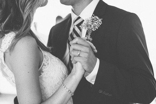 """« Un homme offre une bague a sa fille comme cadeau de mariage et il lui a dit """"N'oublie pas ma fille c'est moi qui t'a aimé le premier"""" ♥ »"""