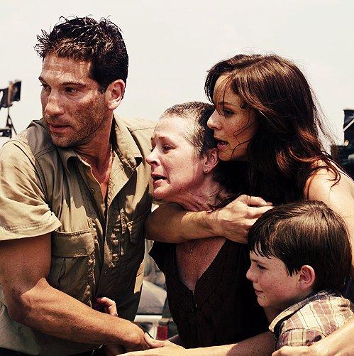 « J'avais deux gosses. Deux filles. J'avais aussi un père, une mère, un frère, deux s½urs, un ex-mari, un boulot, un emprunt... et un paquet d'autres trucs. J'ai plus grand-chose aujourd'hui. Les choses ont changé. ♥ » - The Walking Dead -