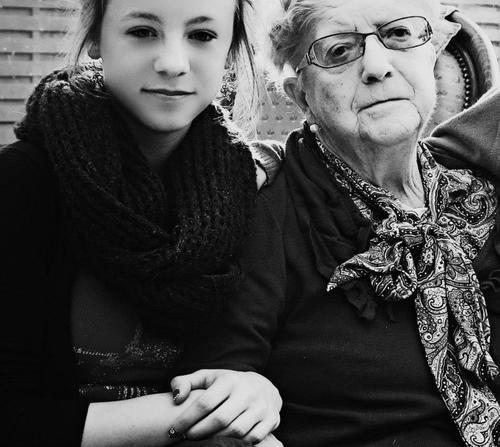 « Parfois ma grand-mère s'arrêtait devant une tombe, et je songeais : elle la regarde comme un jeune couple visite un appartement témoin. ♥ » - David Foenkinos -