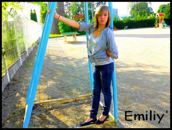 {  #   يميليي.  #   }                                                   Emiliy' c'est moaa Cherche paàh ! ... GAARDEE LAA  PEICHE CHERIE