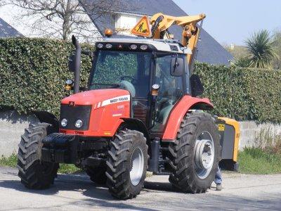 le tracteur de la ville qui vien faucher