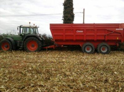 Maïs grains avec New holland tx 63 et au bennes un Fendt 818 favorites avec Chevances 18 T !!