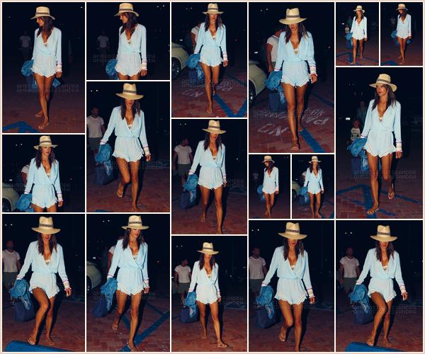 -─ 06/08/17-' : Alessandra Ambrosio à été photographiée allant dîner avec sa famille dans un restaurant de « Malibu ».  Alessandra porte une combinaison que j'aime beaucoup, c'est pour ma part un beau TOP de la part du mannequin qui passe du bon temps en famille !