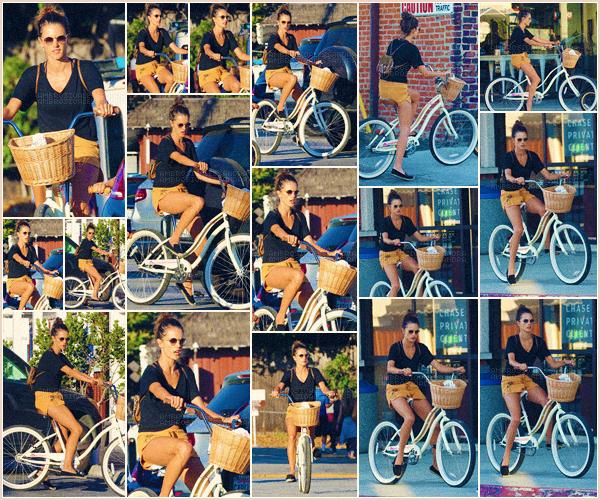 -─ 07/08/17-' : Alessandra Ambrosio à été photographiée faisant du vélo avec son fils dans les rues de ▬ « Brentwood ».  Petite séance de sport assez tranquille pour notre jeune maman, malheureusement aucune photo de Noah de disponible ! Niveau tenue c'est un - TOP.