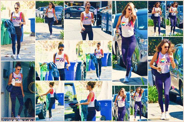 -─ 08/08/17-' : Alessandra Ambrosio à été photographiée arrivant puis quittant son cours de gym dans « Los Angeles ».  Notre mannequin porte une tenue assez simple pour faire du sport, j'aime beaucoup son haut c'est donc pour moi un ▬ TOP ! Donne toi aussi ton avis.
