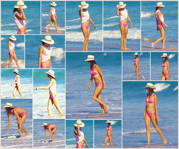 -─ 09/08/17-' : Alessandra Ambrosio à été photographiée toute seule en profitant du soleil sur la plage de ▬ « Malibu ».  Encore une fois notre belle mannequin profite du soleil tranquillement, niveau tenue un maillot de bain à deux pièces très simple mais c'est un jolie TOP.