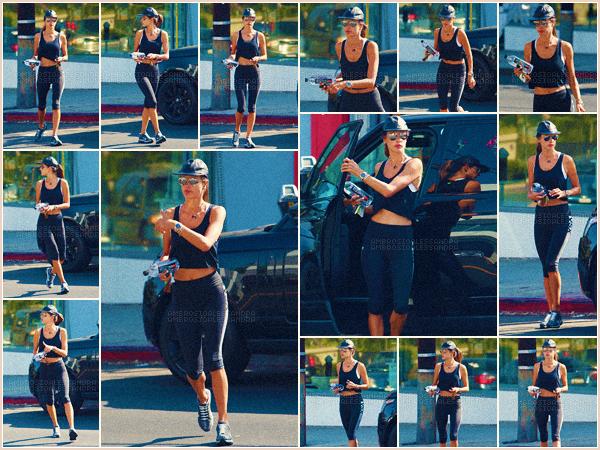 -─ 10/08/17-' : Alessandra Ambrosio à été photographiée en quittant « Body By Simone » dans les rues de Los Angeles.  Body By Simone ▬ est un programme de sport pour garder son corps en forme. Niveau tenue Alessandra porte une tenue de sport c'est un TOP mérité.