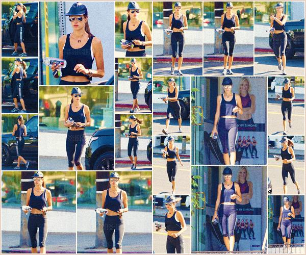 -─ 11/08/17-' : Alessandra Ambrosio à été photographiée en allant à son petit cours de sport dans « Los Angeles » seule.  Pour cette sortie notre mannequin porte une tenue de sport qui viens de chez Victoria Secret, c'est donc pour ma part un TOP mais la tenue reste simple.