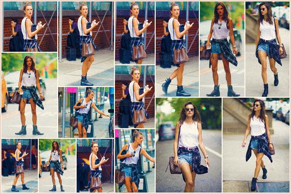 -─ 15/08/17-' : Alessandra Ambrosio à été photographiée seule en train de ce balader dans les rues de ▬ « New York » !  Notre mannequin à été vue seule dans les rues de New York. Niveau tenue notre mannequin est habillée assez simple mais c'est pour ma part un TOP !