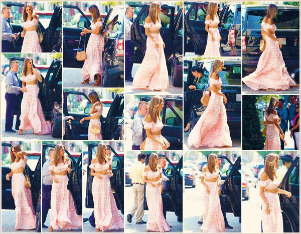 -─ 24/08/17-' : Alessandra Ambrosio à été photographiée en allant déjeuner à « The Iv » dans les rues de - Beverly Hills !  C'est pour l'anniversaire de sa fille Anja qui fête ses 9 ans que notre mannequin à été déjeuner avec des camarades pour fêter son anniversaire. Un TOP !