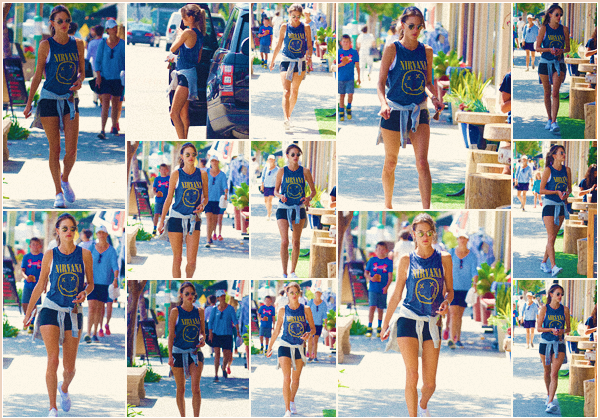 """-─ 26/08/17-' : Alessandra Ambrosio à été photographiée allant prendre une boisson après son sport à - « Brentwood » !  Notre belle mannequin porte un débardeur du groupe """"Nirvana"""" que j'aime beaucoup. Pour ma part 'est encore une fois un TOP de la part de Alessandra."""