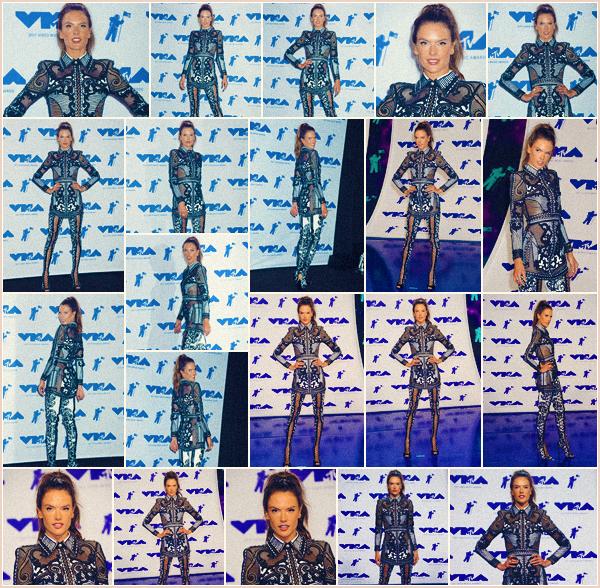 -─ 27/08/17-' : Alessandra Ambrosio à été photographiée sur le tapis des « MTV Video Music Awards » à ▬ Inglewood !  Enfin un tapis rouge pour notre jeune maman, niveau tenue c'est pour moi un petit BOF je ne suis pas fan de la forme de la robe porté par la mannequin.
