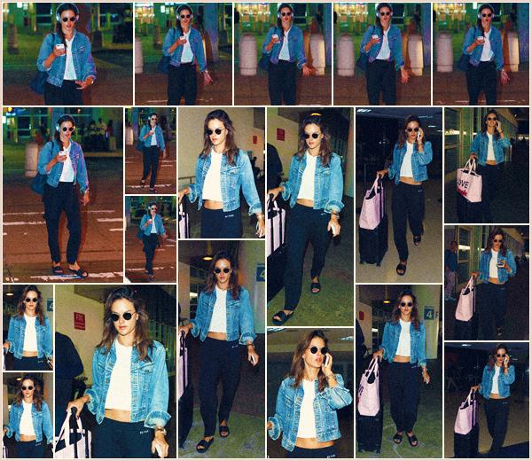 -─ 28/08/17-' : Notre Alessandra Ambrosio à été photographiée toute seule à l'aéroport « JFK » dans la ville - New York.  Alessandra porte lors de cette sortie une tenue très simple pour prendre l'avion. Un pantalon confortable et un t-shirt basique, c'est pour ma part un TOP.