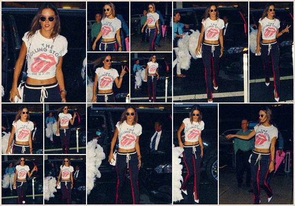 -─ 29/08/17-' : Alessandra Ambrosio à été photographiée arrivant dans les bureaux de « Victoria's Secret » dans ▬ NY !  C'est maintenant officiel notre mannequin défilera en novembre pour la marque Victoria Secret une nouvelle fois pour notre grand plaisir ! La tenue TOP.