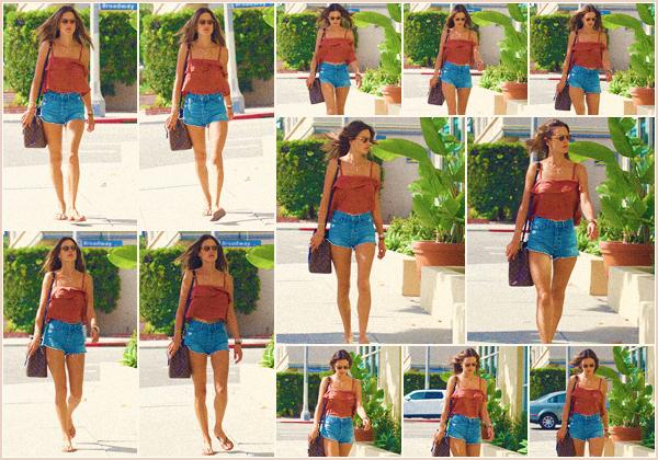 -─ 10/09/17-' : Alessandra Ambrosio à été photographiée allant faire ses ongles dans les rues de « Los Angeles » - seule.  Pendant que nous avons froid Alessandra porte elle une tenue d'été, je trouve d'ailleurs la tenue superbe. C'est donc pour ma part un beau TOP mérité !