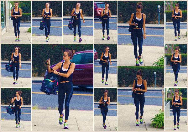 -─ 11/09/17-' : Alessandra Ambrosio à été photographiée en allant à son cours de sport dans les rues de « Los Angeles ».  Notre mannequin garde son corps en forme pour le défilé Victoria Secret qui approche à grand pas. Niveau tenue c'est une tenue simple - c'est un TOP !